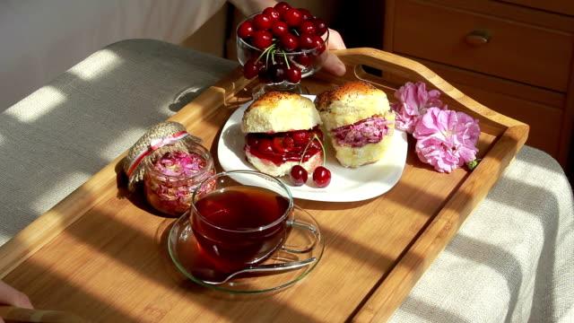 lato romantyczny śniadanie z wiśni i czereśni oraz róż - scone filmów i materiałów b-roll
