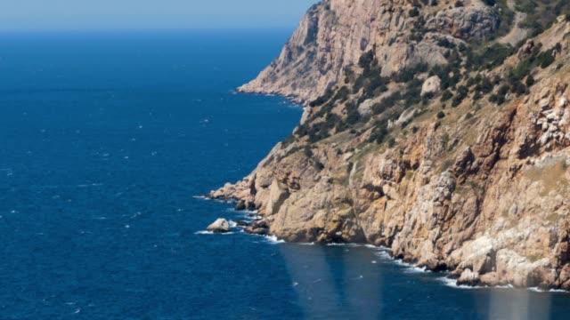 vídeos de stock e filmes b-roll de summer seascape on a summer day - montanha costeira