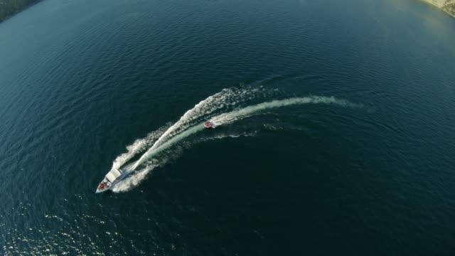 深い青い水のボートの上の夏の季節の活動の空中背景 ビデオ
