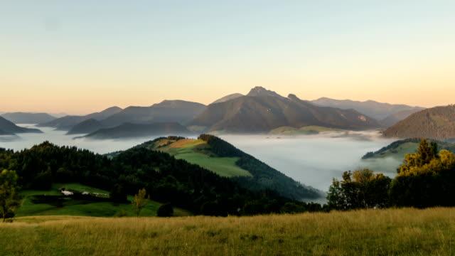 sommer sonnenaufgang über den bergen zeitraffer - slowakei stock-videos und b-roll-filmmaterial