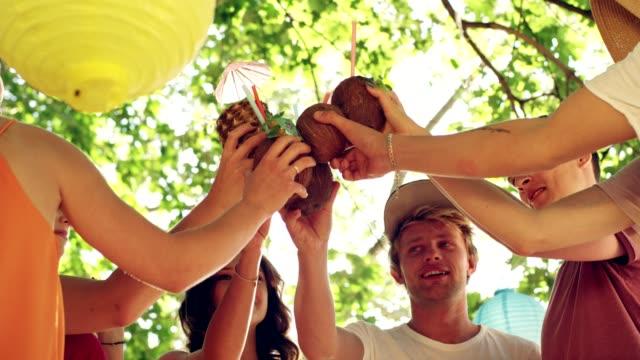 vídeos de stock, filmes e b-roll de brinde de verão na festa - coquetel