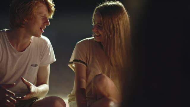 stockvideo's en b-roll-footage met zomervakantie liefde - flirten