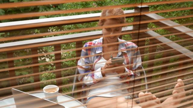sommerurlaub - online dating stock-videos und b-roll-filmmaterial