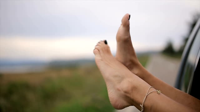 vídeos de stock e filmes b-roll de summer vacation,human legs close up-b roll - enjoying wealthy life
