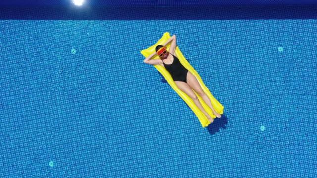 vídeos de stock, filmes e b-roll de relaxamento do verão - boia salva vidas