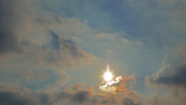 太陽と雲の時間経過 - ファストモーション点の映像素材/bロール
