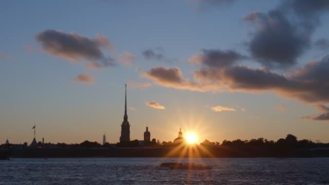 solen och silhuetten av peter och paul fortress i solnedgången - st. petersburg, ryssland - peter and paul cathedral bildbanksvideor och videomaterial från bakom kulisserna