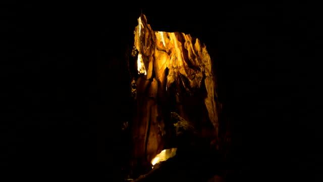 vidéos et rushes de sun beam foncé dans une grotte. - spéléologie