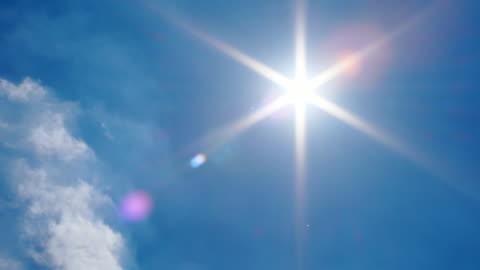 vídeos y material grabado en eventos de stock de llamarada de sol en el cielo azul, panning shot - sol