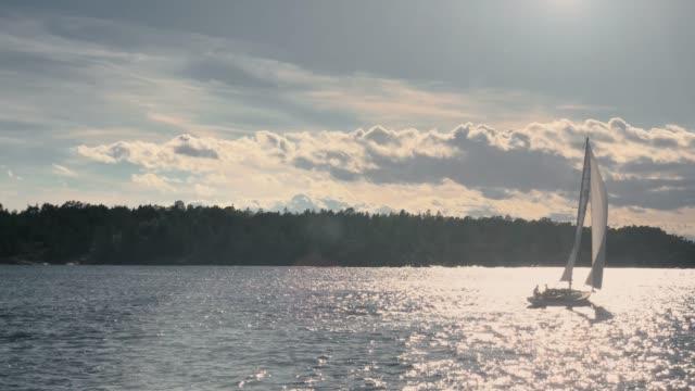 solflare på modern slup utforskar stockholms skärgård vid solnedgången - summer sweden bildbanksvideor och videomaterial från bakom kulisserna