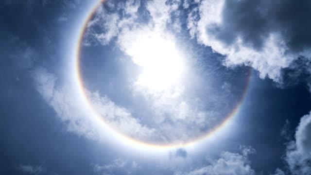 vídeos de stock e filmes b-roll de sun halo and blue sky. - coroa