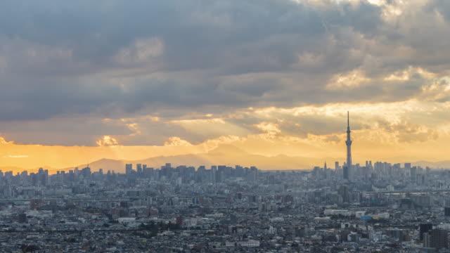 空と東京のスカイライン上の雲からの太陽線 - 地域点の映像素材/bロール