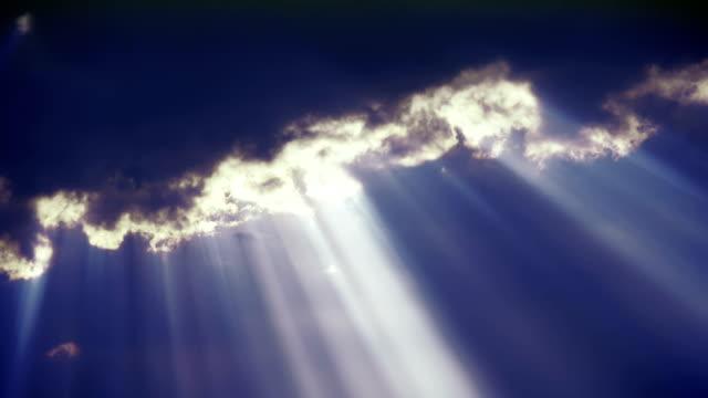 raggio di sole nel cielo nero - 2 - paradiso video stock e b–roll