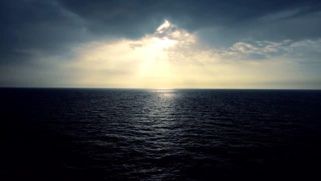 雲から出てくる太陽の光と海にスプレー - 灰色点の映像素材/bロール