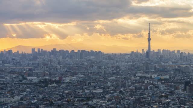 東京のスカイライン上の雲を通して太陽光線 - 東京点の映像素材/bロール