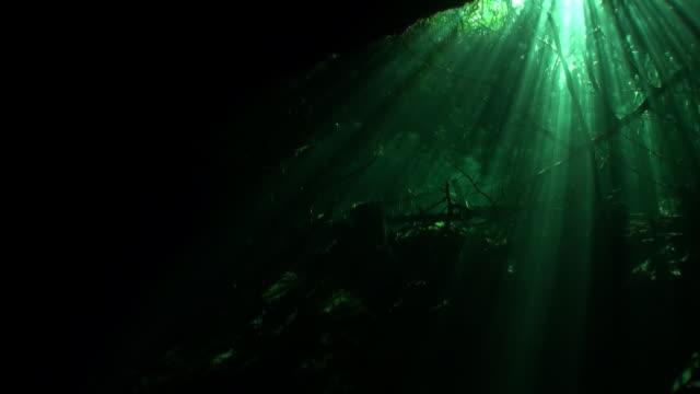 Zonnestralen onder water in ondergrondse hol. video
