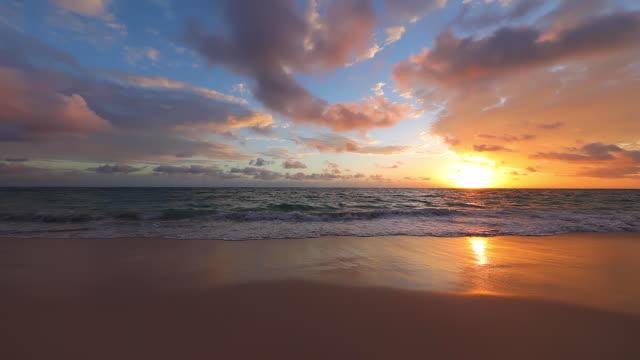 sonne, die über dem horizont aufgeht. dramatischer sonnenaufgang über meereswellen - horizont über wasser stock-videos und b-roll-filmmaterial