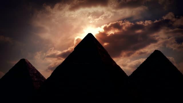 солнце светит из выше пирамиды - египет стоковые видео и кадры b-roll