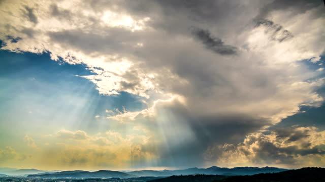 vídeos de stock, filmes e b-roll de sol brilhando através das nuvens no céu celestial, deus abençoar, timelapse - nublado