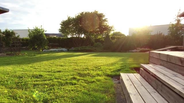 サマー ガーデンには刈った芝生で輝く太陽 - パティオ点の映像素材/bロール
