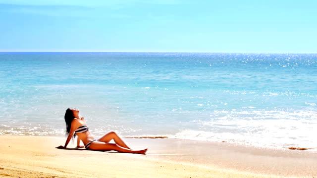 Tomar el sol y bronceado en la Playa exótica - vídeo