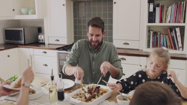 vídeos de stock e filmes b-roll de sunday lunches were made for family - jantar assado