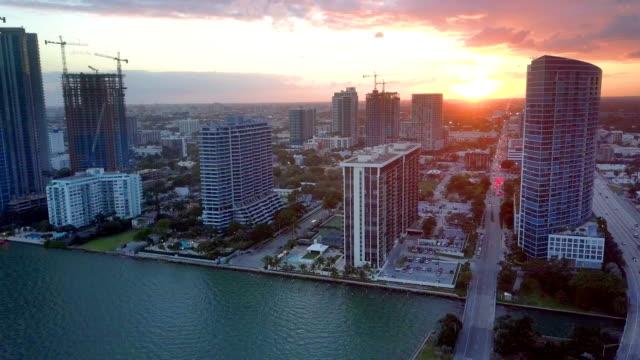 sonnenuntergang hinter der skyline von miami biscayne bay florida - bucht stock-videos und b-roll-filmmaterial