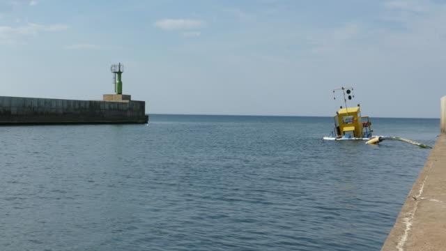 sjunkna muddring pråm i lilla hamnen - kapsejsa bildbanksvideor och videomaterial från bakom kulisserna