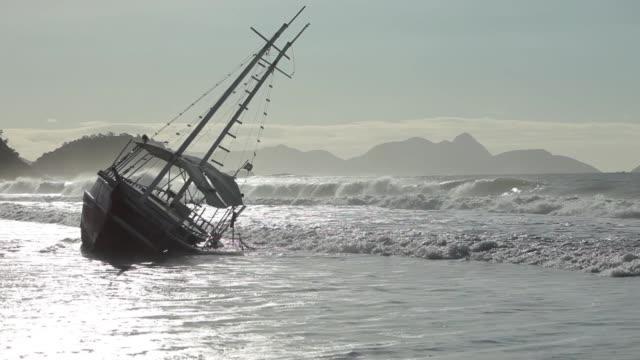 затонувшая яхта. - кораблекрушение стоковые видео и кадры b-roll