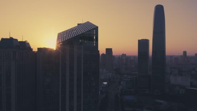 日光の建物を通って行く - 夜明け点の映像素材/bロール