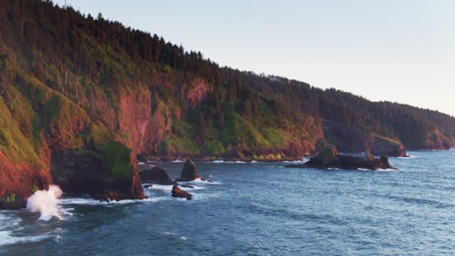 vídeos de stock e filmes b-roll de sunlight on rocks and cliffs at cape lookout, oregon - drone shot - montanha costeira