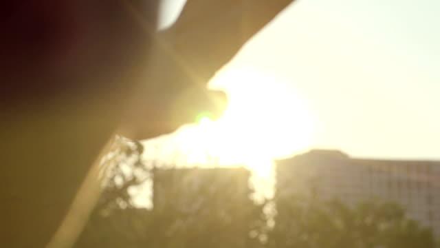 stockvideo's en b-roll-footage met zonlicht door de vingers - kleine scherptediepte