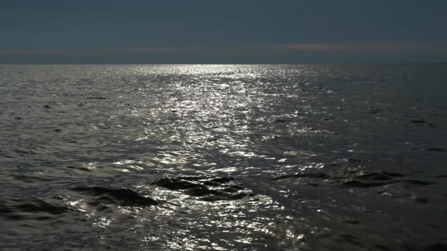 sunlight reflecting off rippled sea water surface - horyzont wodny filmów i materiałów b-roll