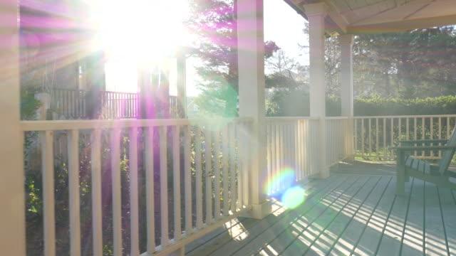 la luce del sole brilla attraverso il portico della casa sulla spiaggia - portico video stock e b–roll