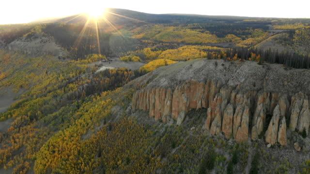vídeos de stock, filmes e b-roll de luz solar que brilha sobre montes e montanhas e aspens - condado de pitkin