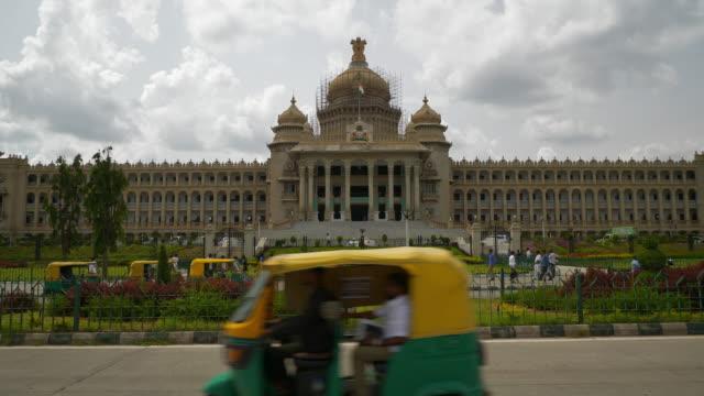 güneşli gün bangalore şehir ünlü saray ön trafik sokak panorama 4k hindistan - cumhuriyet günü stok videoları ve detay görüntü çekimi