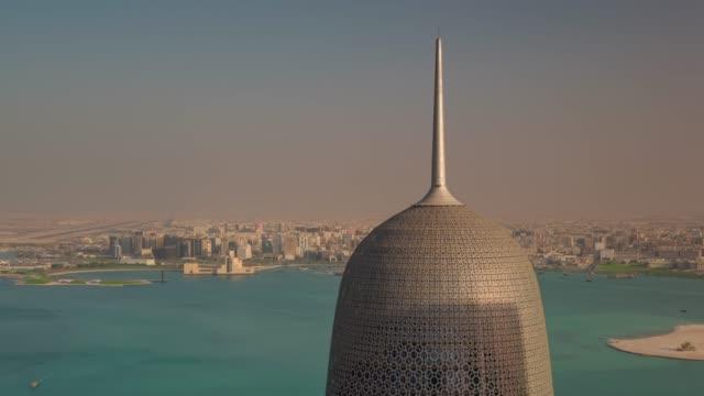 vidéos et rushes de journée ensoleillée de doha city célèbre panorama sur le toit du bâtiment 4 temps k caduc qatar - doha