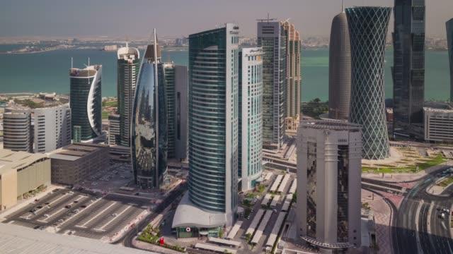 vidéos et rushes de panorama de centre-ville la journée ensoleillée doha ville sur le toit 4 temps k caduc qatar - doha