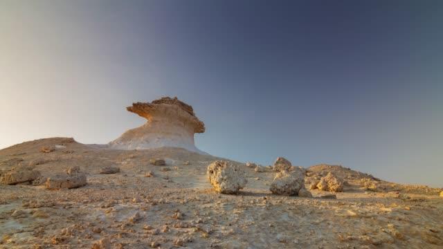 vidéos et rushes de journée ensoleillée doha nature sauvage roches panorama 4 temps k caduc qatar - doha