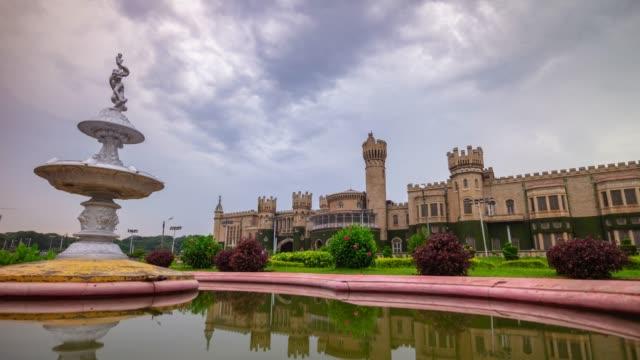 sonnlicher tag berühmte bangalore palast garten brunnen panorama 4k zeitraffer india - grundstück stock-videos und b-roll-filmmaterial