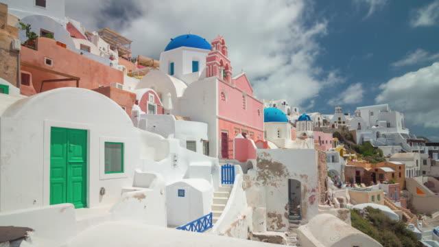 solig dag berömda santorini island oia stad villa ingången bay panorama 4 k tid förfaller grekland - grekland bildbanksvideor och videomaterial från bakom kulisserna