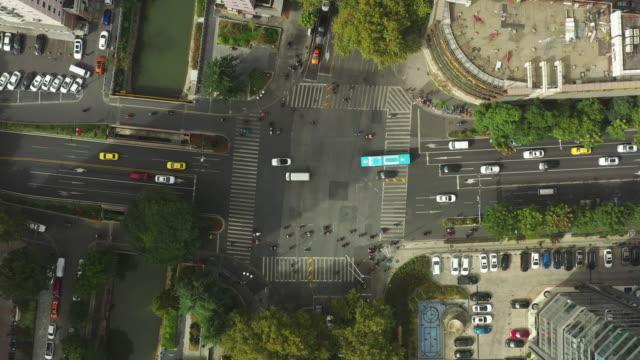 sonnigen Tag Flug über nanjing Stadt Innenstadt Verkehrsstraße Kreuzung Ausflug Topdown Panorama 4k China – Video