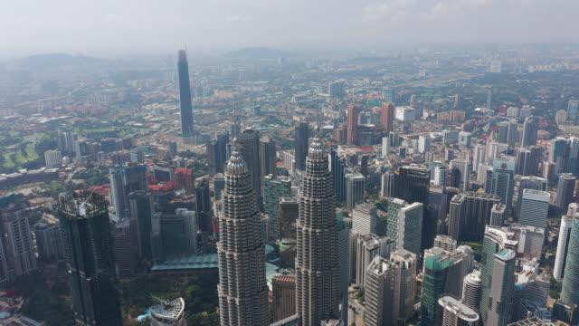 solig dag kuala lumpur city downtown antenn panorama 4k malaysia - petronas twin towers bildbanksvideor och videomaterial från bakom kulisserna