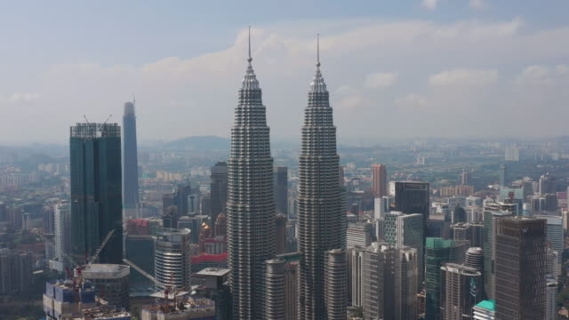 solig dag kuala lumpur city downtown berömda tornen antenn panorama 4k malaysia - petronas twin towers bildbanksvideor och videomaterial från bakom kulisserna