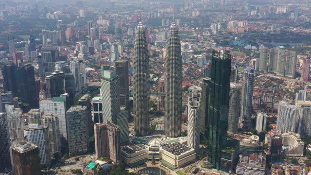 solig dag kuala lumpur berömda downtown stadsbilden antenn panorama 4k malaysia - petronas twin towers bildbanksvideor och videomaterial från bakom kulisserna
