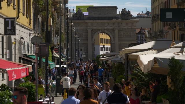 giornata di sole milano città famosa pedonale affollata strada al rallentatore panorama 4k italia - lombardia video stock e b–roll