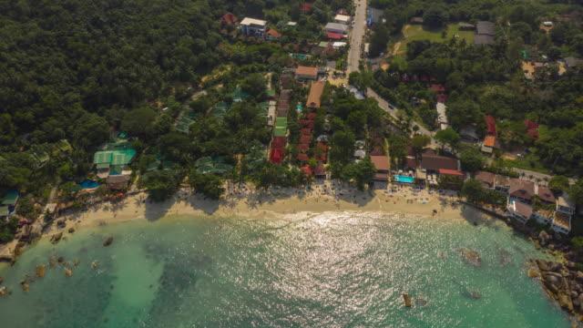晴れた日サムイ島有名な高級リゾート小さなビーチ交通道路空中パノラマ4kタイムラプスタイ - サムイ島点の映像素材/bロール