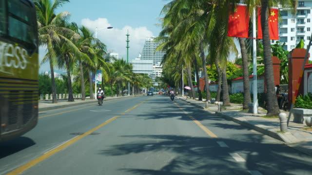 vídeos de stock e filmes b-roll de sunny day sanya city traffic street bay road trip pov front panorama 4k hainan china - carro na rua