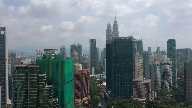 solig dagtid kuala lumpur centrum stadsbilden antenn panorama 4k malaysia - petronas twin towers bildbanksvideor och videomaterial från bakom kulisserna
