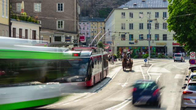 solig dag tid salzburg city center traffic street riverside panorama 4k timelapse österrike - videor med salzburg bildbanksvideor och videomaterial från bakom kulisserna
